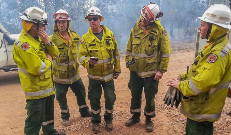 NPWS staff briefing during a bushfire. Photo: OEH