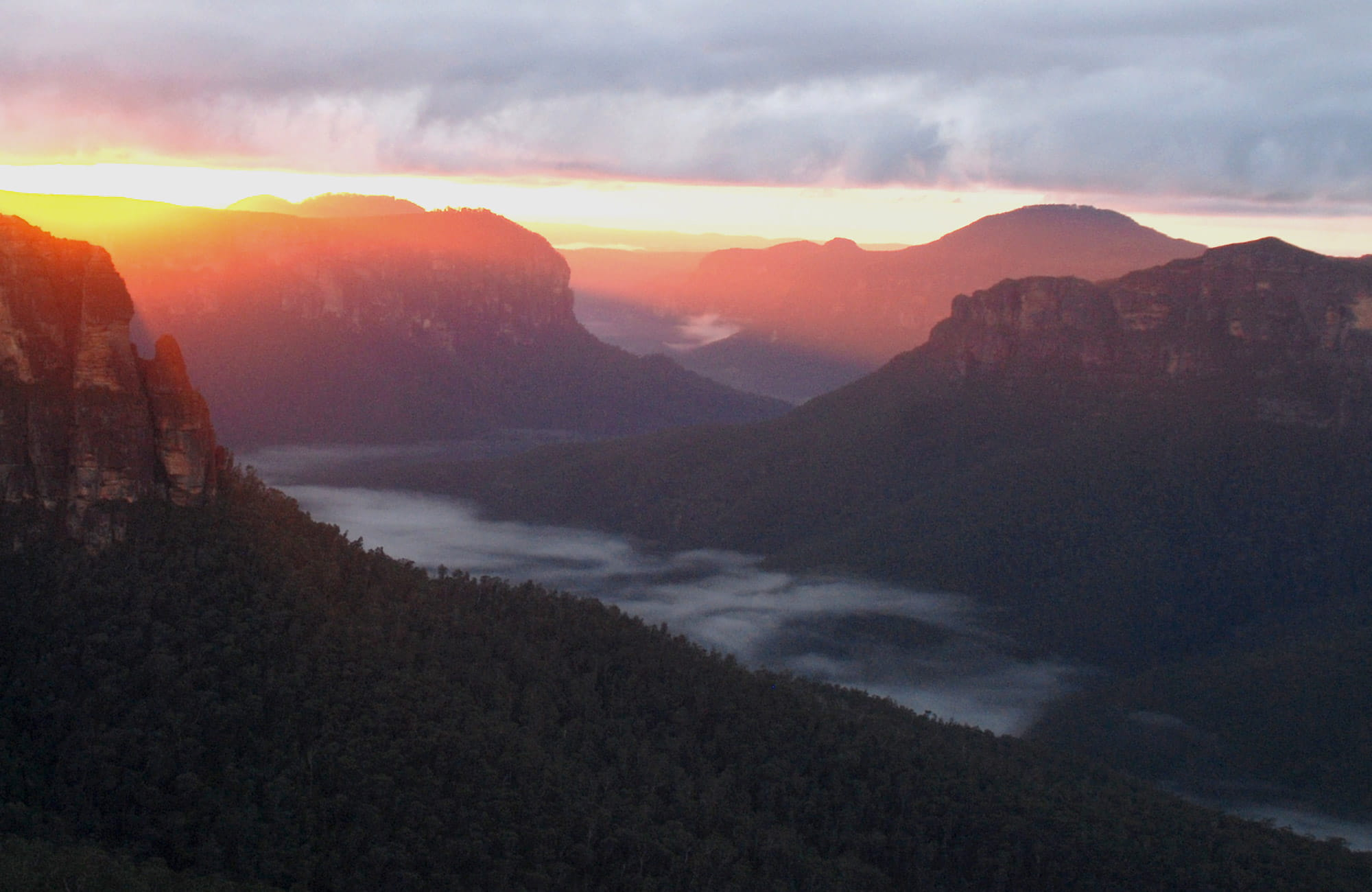 Dawn over Pulpit Rock and Grose Valley, seen from Govetts Leap, Blue Mountains National Park. Photo: Steve Alton/OEH