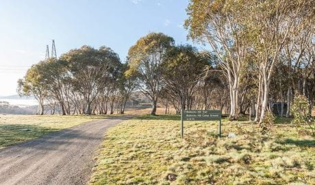 Gravel road and sign at Bullocks Hill campground, northern Kosciuszko National Park. Photo: Murray Vanderveer/OEH