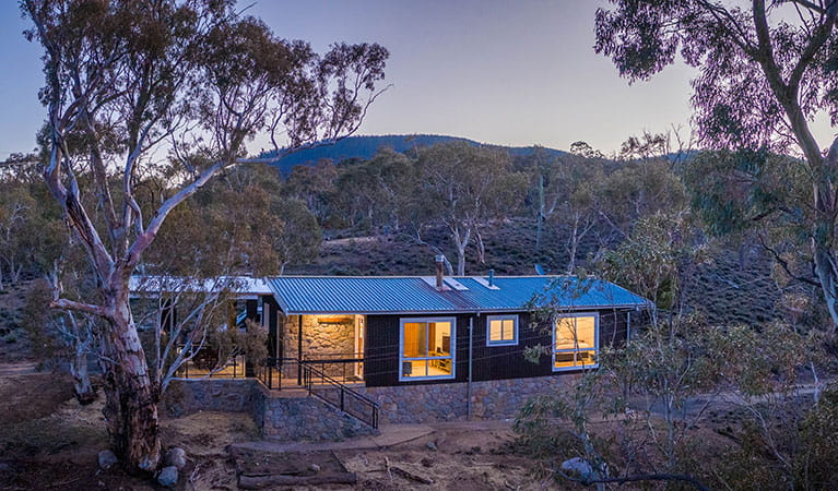 Creel Bay cottage exterior, set amongst bushland in the Thredbo-Perisher area of Kosciuszko National Park. Photo © Murray Vanderveer